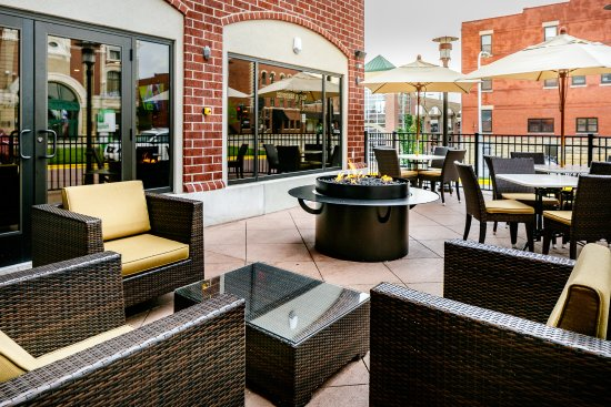 Holiday Inn Dubuque: Our patio with fire pit is the perfect place to enjoy a glass of wine.