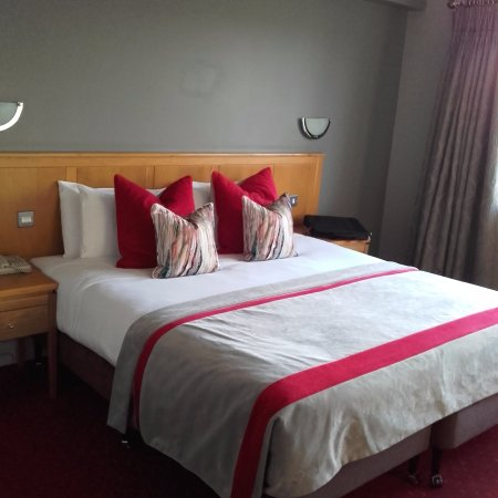 Gleneagle Hotel: Beautiful bed and so comfy