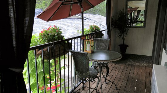 Tradewinds Lodging & BnB : Outdoor Seating from Jacuzzi Suites