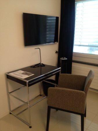Kreuzlingen, Suisse : Schreibtisch mit TV