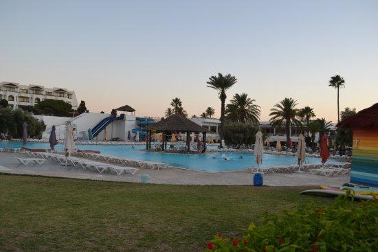 Thalassa Sousse Resort & Aquapark: Вид на основной бассейн и на бассейн с горками.