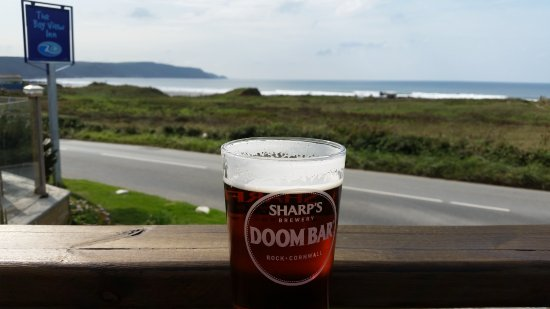 Widemouth Bay, UK: a quick pint and a nice view