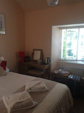 Falcon Inn: Bedroom - super comfy and light.