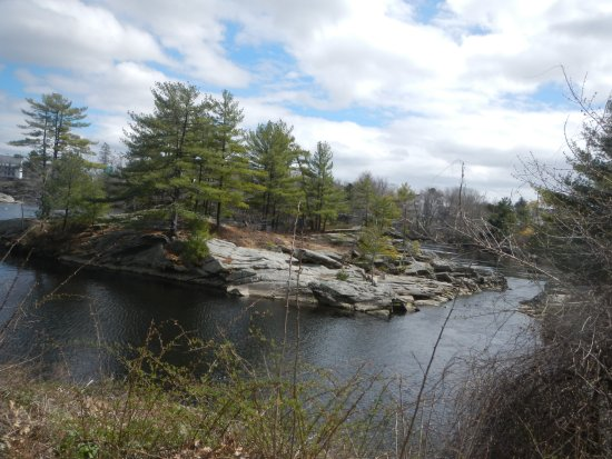 ‪‪Androscoggin Brunswick-Topsham Riverwalk‬: Looking at the island in the river heading towards the falls.‬