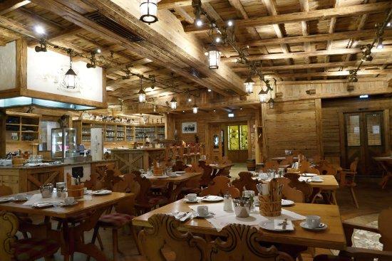 Hotel Gasthof Adler: Restaurace s barem, toto je sotva čtvrtina celého prostoru