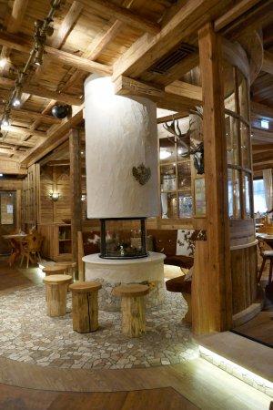 Hotel Gasthof Adler: Stylový kruhový krb uprostřed restaurace