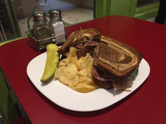 Barrie, Canadá: What a great meal. Stopped by yesterday for a Montreal Smoked Meat sandwich. So satisfying.