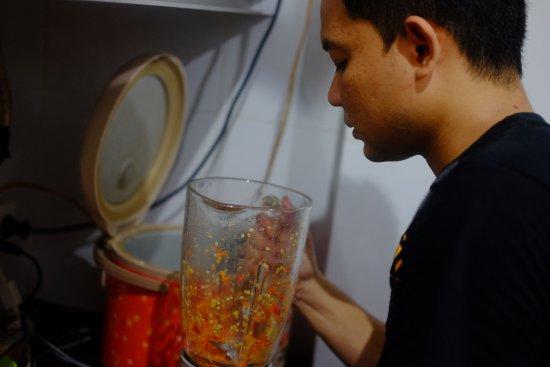 Istanaku Guesthouse: Edwin teaching me how to make Tuna Abol!