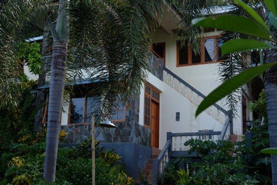 Bunaken Beach Resort: The walkway up to the dining area!!