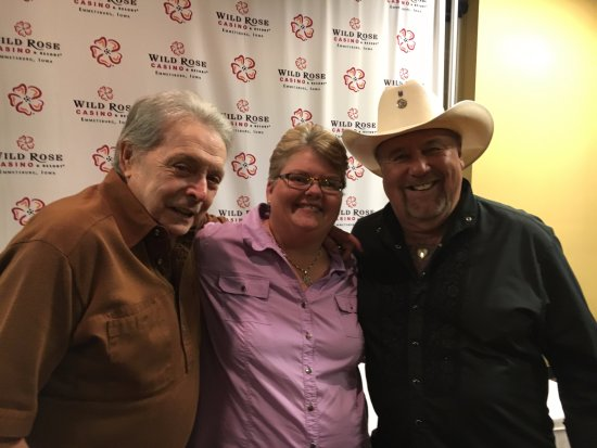 Emmetsburg, ไอโอวา: Me with country music legends Mickey Gilley (left) & Johnny Lee at the Wildrose Casino in Emmets