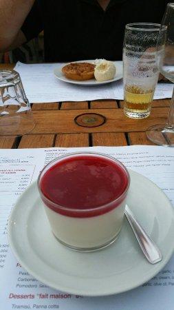 Panna cotta et coulis de fruits rouges