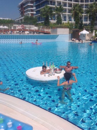 Commodore Elite Suites & Spa : Floating bar