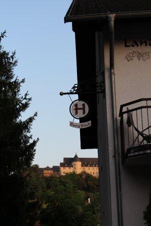 Bad Munster am Stein-Ebernburg, เยอรมนี: Hotel im Vordergrund und Namensgeber im Hintergrund