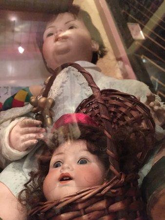 Alte Post: Puppe trägt Puppenkopf im Korb (Vitrine am Gang)