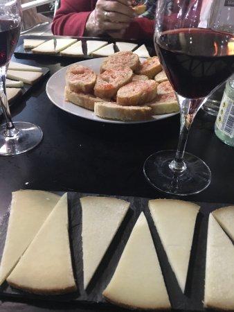 Segur de Calafell, İspanya: Petit bar à tapas tout simple et délicieux ! Le patron est très sympa, je recommande !