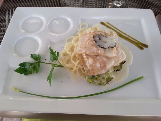 Saint-Astier, Γαλλία: Esturgeon sauce truffe et spaguettis