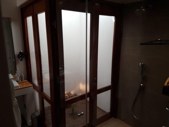 Hotel Noi Casa Atacama: Rock garden opens to spacious shower and main room