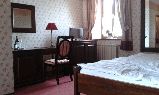 Hotel Octárna: Priestranná izba, okrem nej súčasťou izby je predsieň so šatníkom a kúpeľňa s toaletou.
