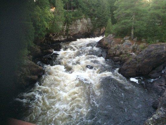 St-Paulin, Canadá: Les cascades vues du pont.