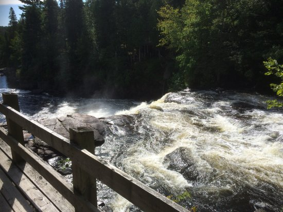 St-Paulin, Canadá: À partir du belvédère, les cascades et chutes ...