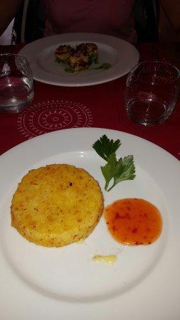 Prades, França: camembert pané,suprême de poulet gambas sauce estragon,grillade à la plancha