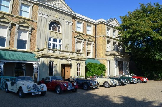 Birchington, UK: Morgans lined up outside Quex House - great venue