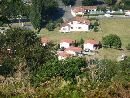 Saint-Martin-d'Arrossa, Франция: Les chalets vus depuis la montagne