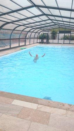 Saint-Martin-d'Arrossa, Франция: La piscine chauffée et couverte si besoin