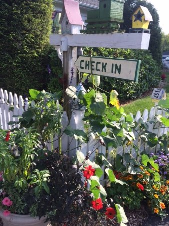 Azalea Inn Bed and Breakfast: Welcome! beautiful yard and landscaping invite you in!