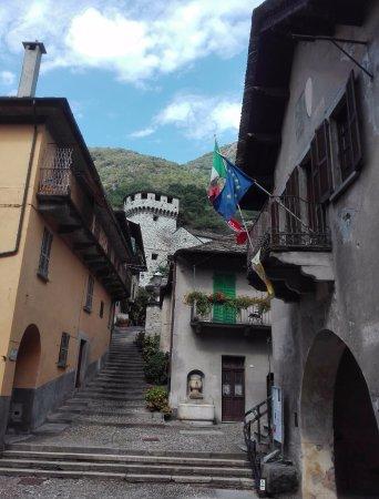 Vogogna, Italia: scalinata verso il Castello Visconteo