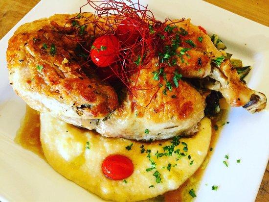 Occidental, Kalifornien: Mary's Organic Roasted Chicken over creamy polenta.