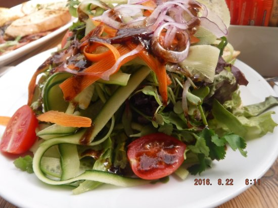 The Hill Cafe: Tasty salad and beautiful presentation.
