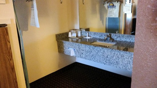 Days Inn Pearl/Jackson Airport : Vanity area.