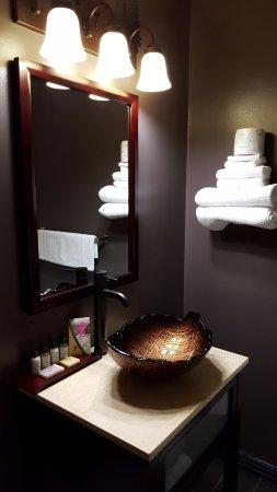 Fort Frances, كندا: King room bathroom sink.