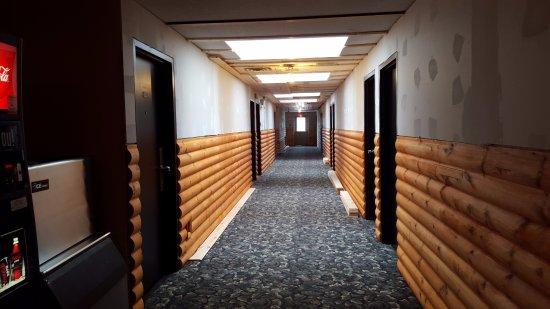 Fort Frances, كندا: Main floor hallway. The lighting are skylights, not fixtures