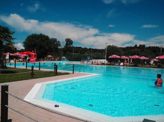 Volta Mantovana, Italia: particolare della piscina per adulti con angolo idromassaggio