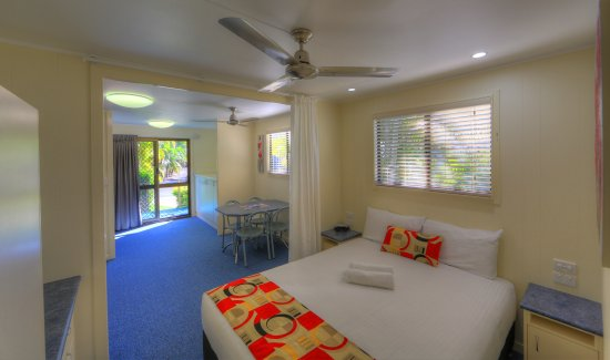 Alex Beach Cabins & Tourist Park: Queen Ensuite Cabin