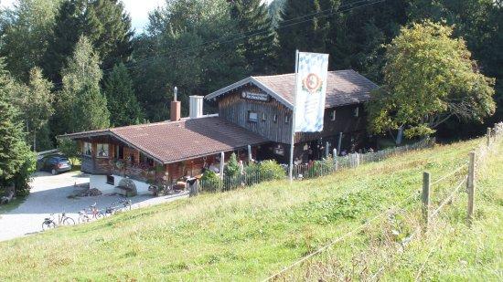 Nesselwang, Γερμανία: Die Hütte vom Wanderweg Richtung Wasserfall