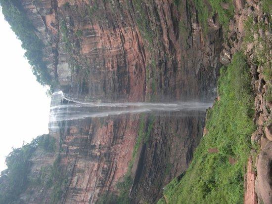 Simian Mountain: 有許多瀑布,河流,湖和高山