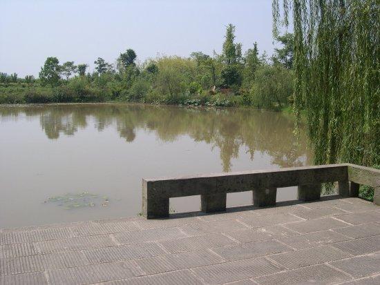 Former Residence of Deng Xiaoping: 有池塘