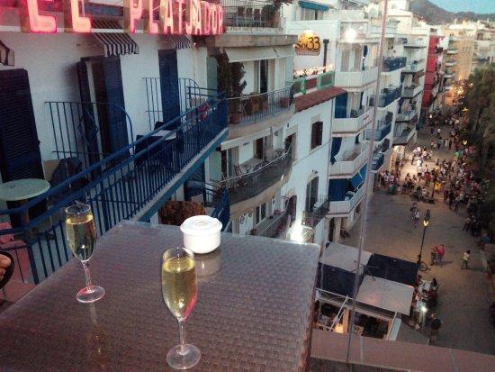 Hotel Galeon: Copa de cava en hotel a primera linea de playa
