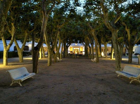 Hotel Balneari Termes Orion: Paseo entrada hotel
