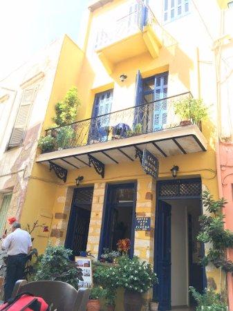 Casa di Pietra: vista lato strada dell'ingresso e del balcone camera n°1