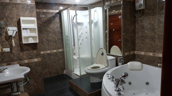 Marina Inn Pattaya: view of attatched Suite Bathroom