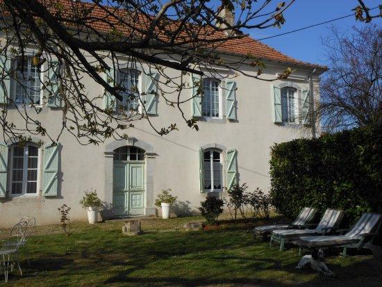Maison et jardin - Picture of Le Clos Martel, Bazet - TripAdvisor