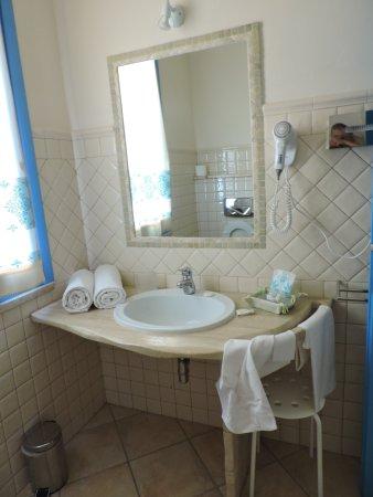 particolare lavabo sospeso bagno - Foto di Hotel Gran Torre, Cabras ...