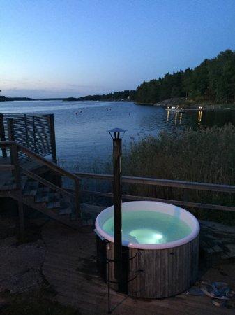 Djurhamn, Schweden: Trevlig med vedbastu och badtunnor
