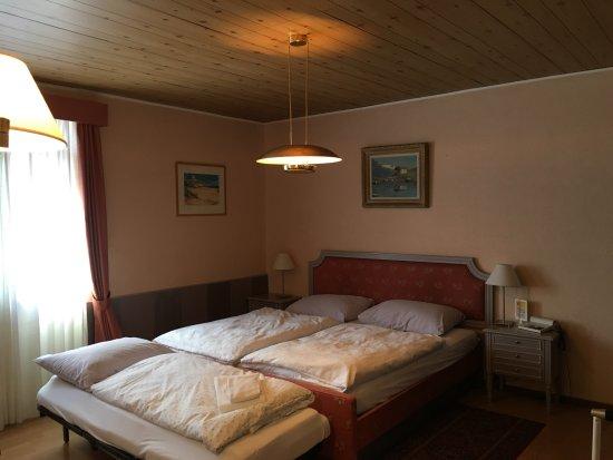 Rovio, Suisse : Doppelzimmer mit 3. Bett für Kind