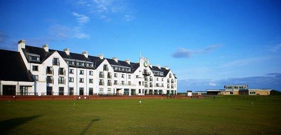 Carnoustie Golf Course Hotel: Façade sur le 18