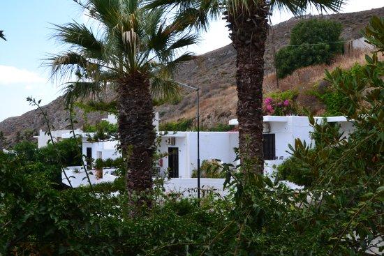 Delfini Hotel Apartments Crete: Aussicht vom Eingang ins Appartement auf die anderen Appartements.